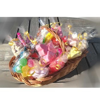 Cesta con chuches y frutos secos
